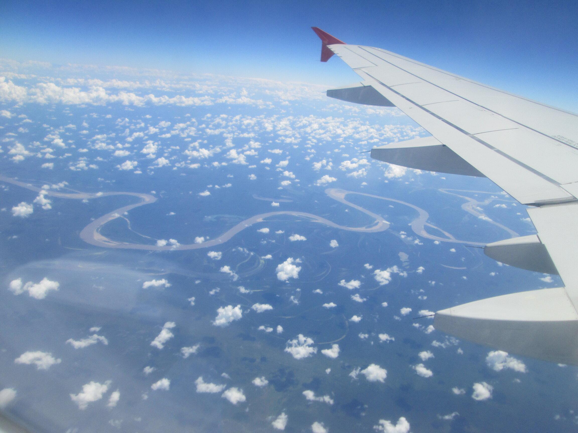 avión surcando el Amazonas