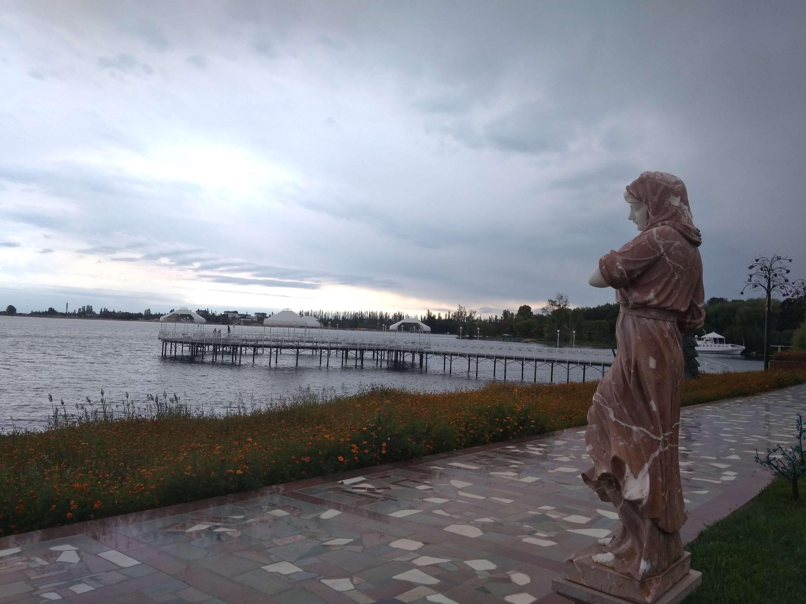 Estatua en el lago Issyk-Kul en Kirguistán