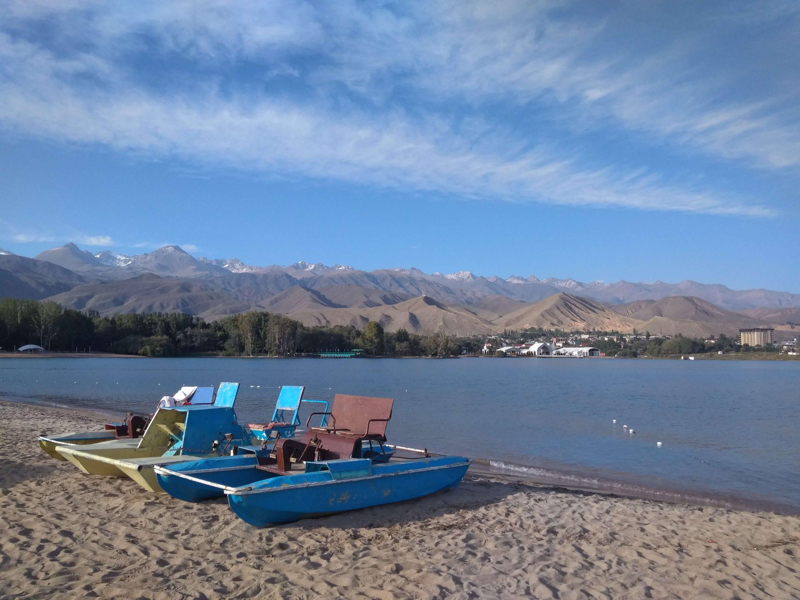 Barcas en el lago Issyk-Kul de Kirguistán