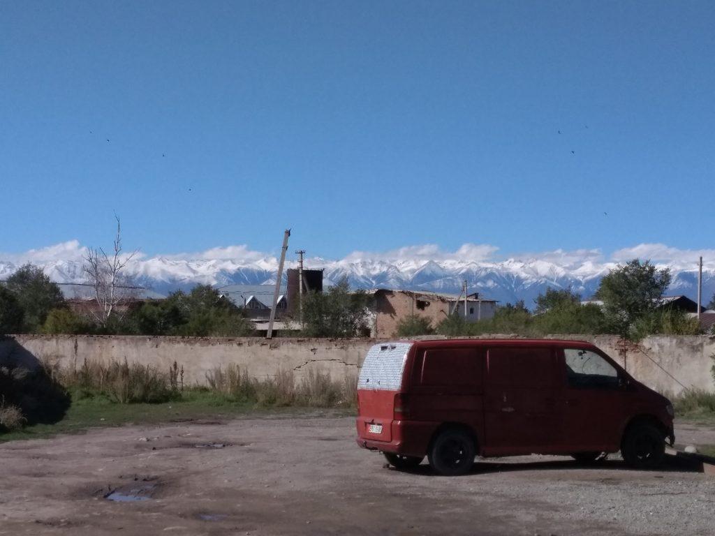 Las montañas adornan cada rincón de Karakol, en Kirguistán