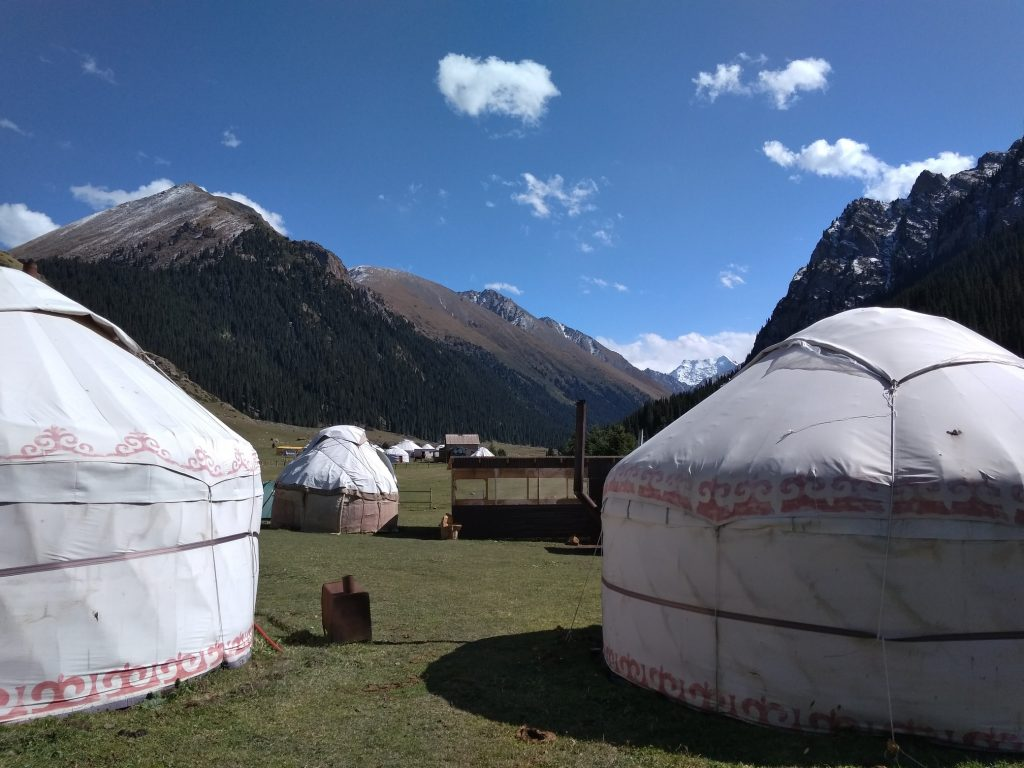 Las yurtas dominan el paisaje en Altyn Arashan, cerca de Karakol